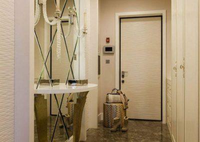 آینه تراش خورده لوزی نصب شده روی دیوار راهرو