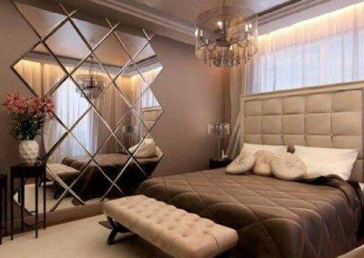آینه تراش خورده لوزی نصب شده در اتاق خواب