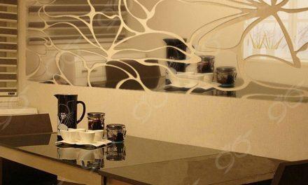 آینه طرح گل – طراحی، ساخت و نصب آینه بر روی دیوار اتاق نشیمن