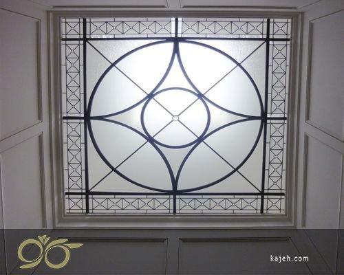 شیشه محاط شده میان چهار فریم