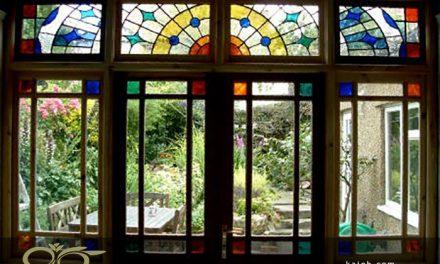 بررسی نقش شیشه های استیند گلس و تیفانی در نورپردازی فضا