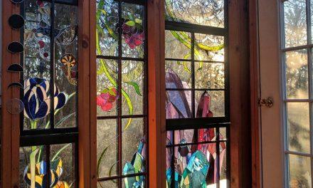 نصب شیشه های تزئینی برای درب ساختمان