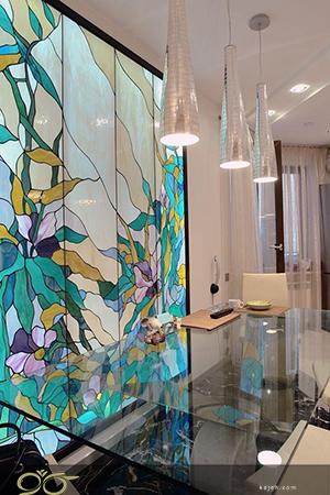 بک لایت شیشه تیفانی کارشده داخل ستون روح بخش فضای نشیمن خانه