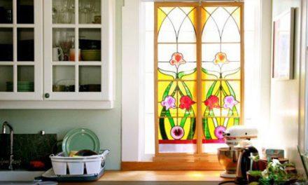 شیشه های تزیینی رنگی در طراحی دکوراسیون ساختمان های مسکونی