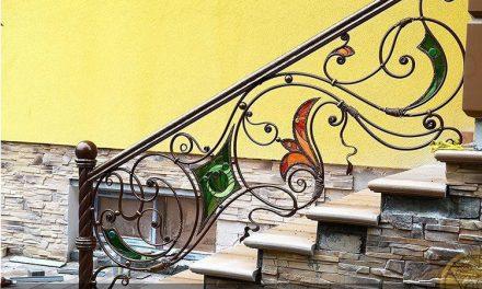 کاربرد شیشه های تزئینی رنگی در راه پله ساختمان ها چیست؟