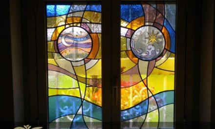 چگونه از شیشه های تزئینی برای تغییر دکوراسیون داخلی استفاده کنیم